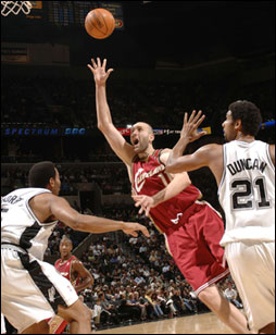 Zydrunas Ilgauskas shoots over Tim Duncan and Robert Horry